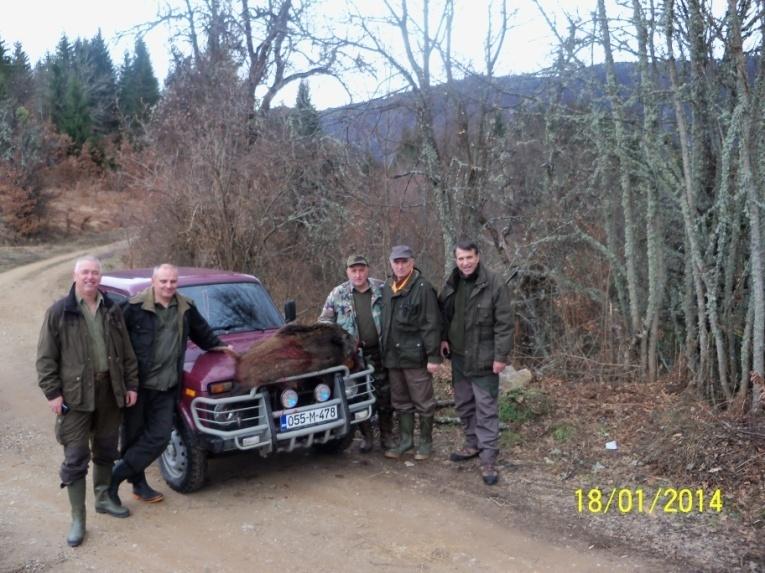 Pobratimi iz Kragujevca i glavni lovovođa Boro Vilotić u lovištu Vikoč sa odstrijelom