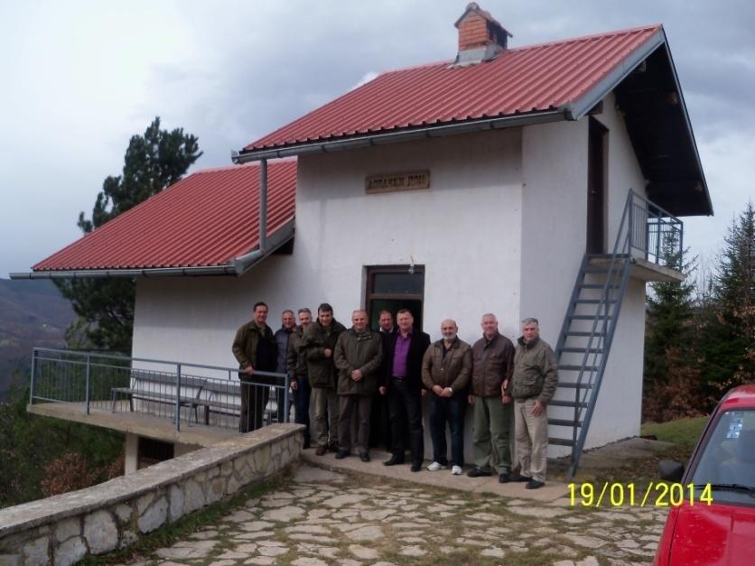 """Pobratimi iz Kragujevca i rukovodstvo LU""""Bakić"""" ispred lovačke kuće na Dubu"""